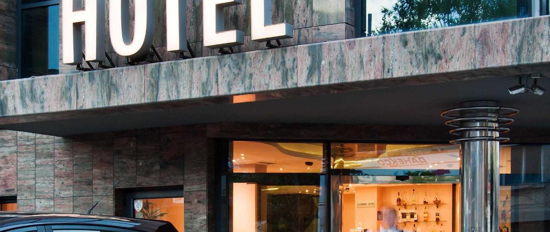 hotel_entrance_with_shuttle_car.jpg