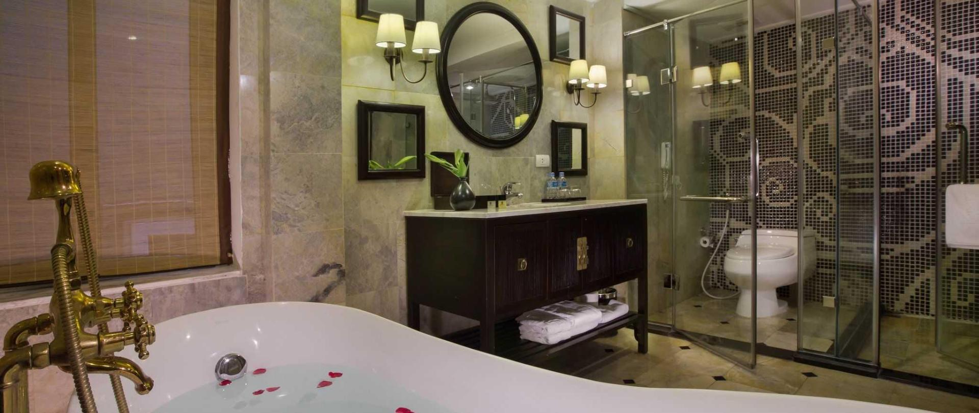 suite-bathroom.jpg