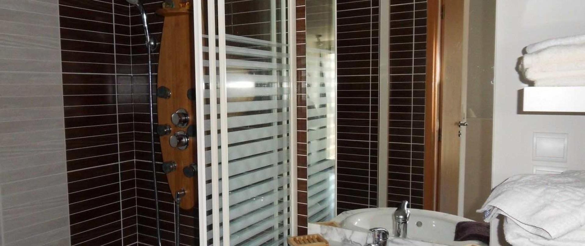 salle-d-eau-monts-de-vaucluse-avec-douche-jets-3-1.jpg
