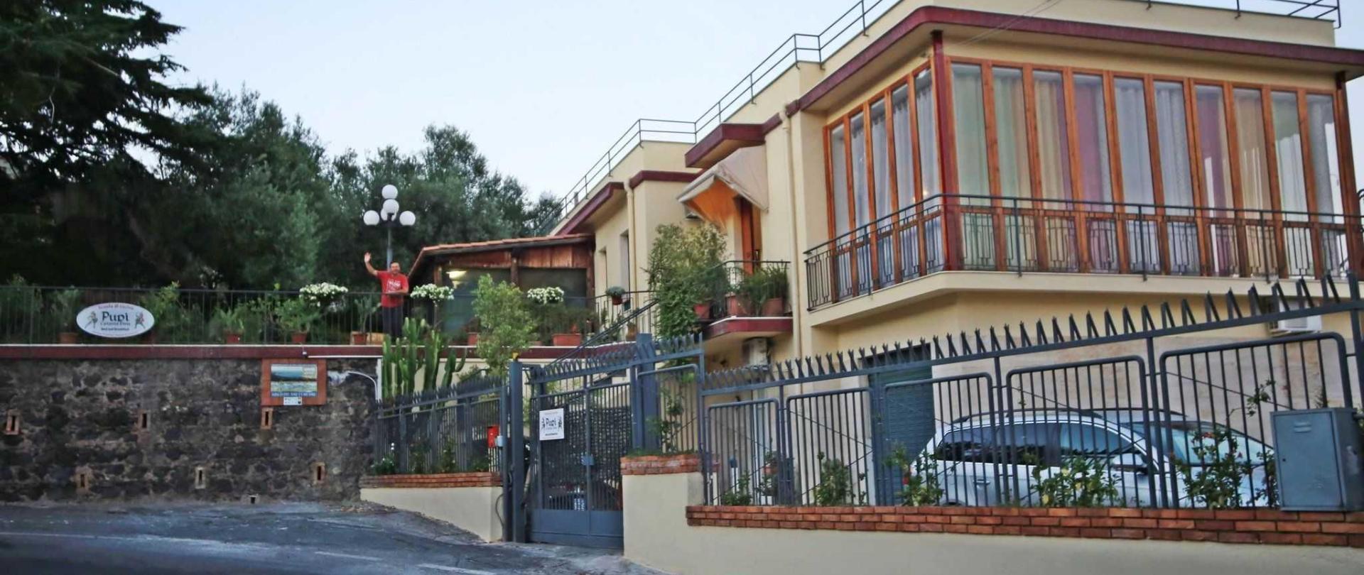 1-facciata-con-saluto.jpg