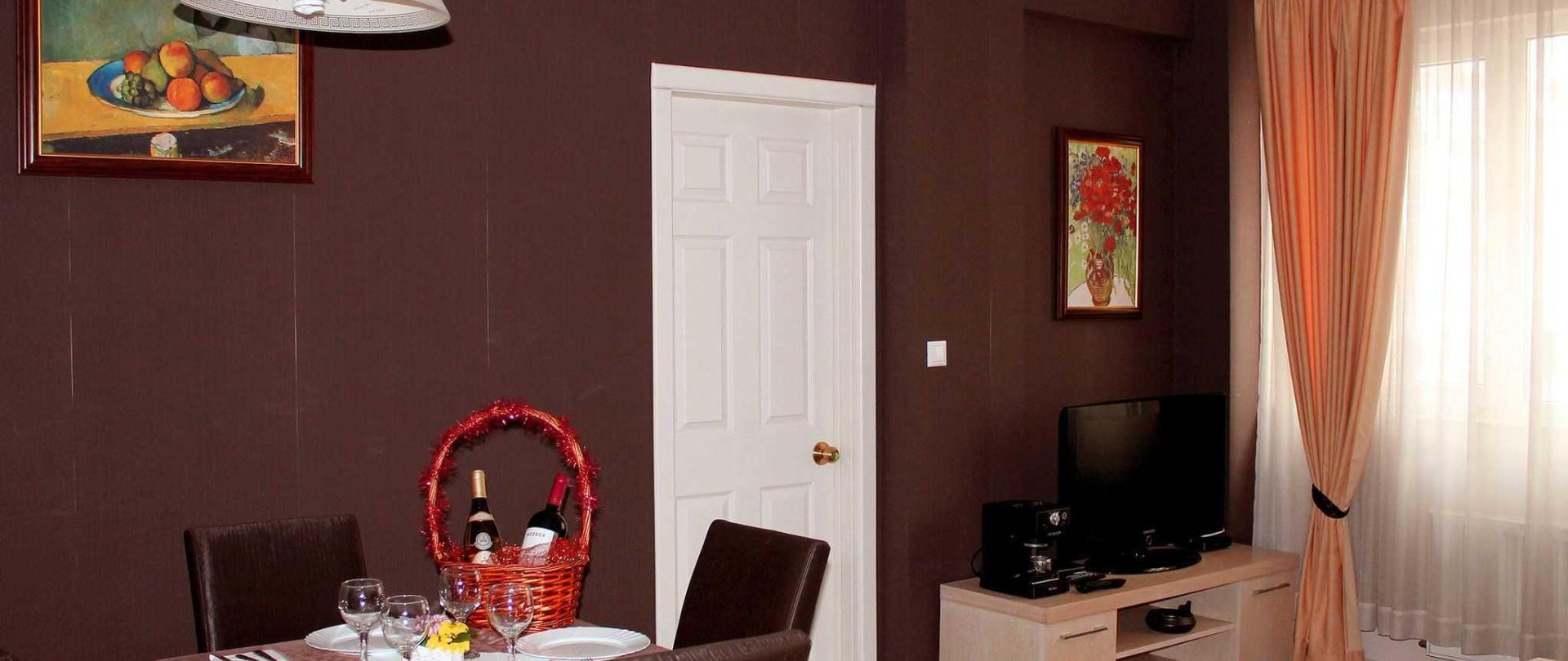 2-livingroom-b.jpg
