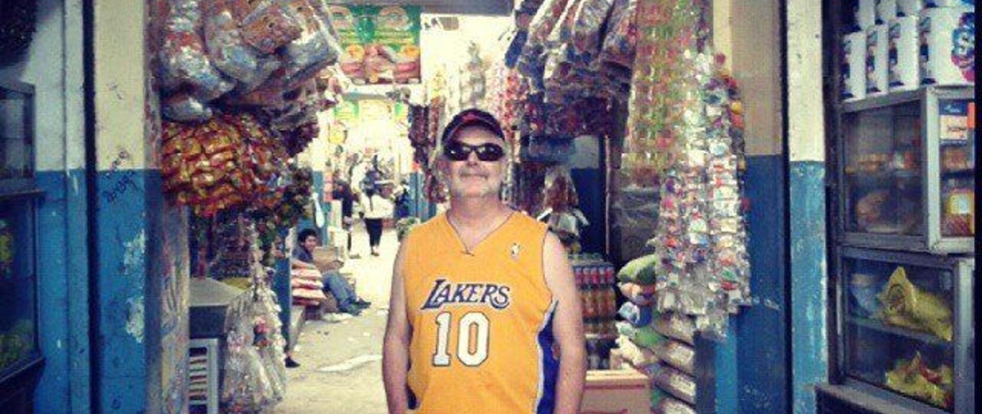 John_visitando_el_mercado