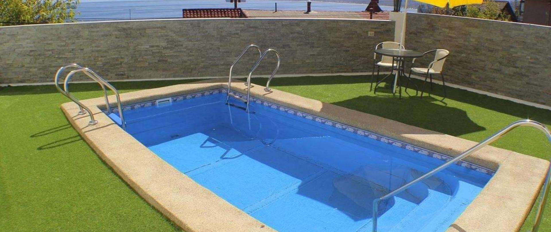 Una hermosa piscina con vista al mar