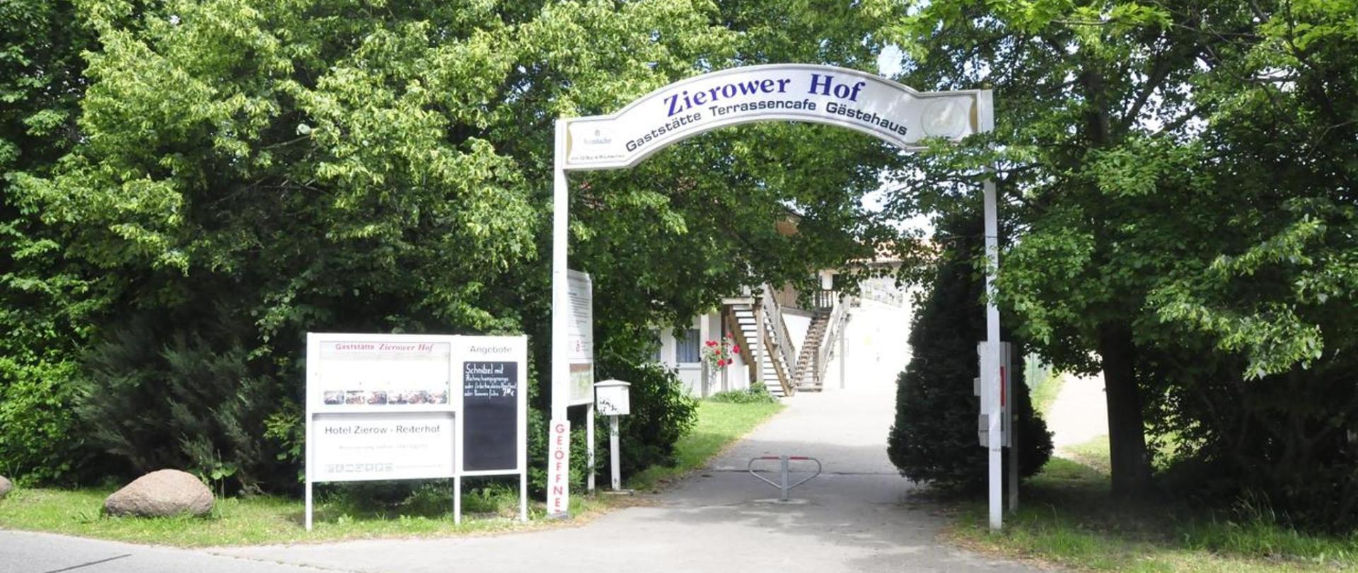 Eingang Zierower Hof.jpg
