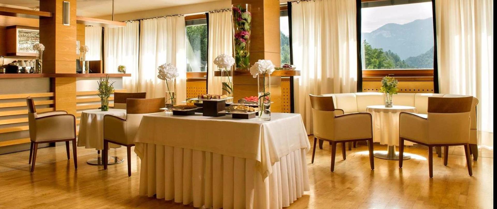 Hotel Lovec - Bar im Panorama-Tagungsraum