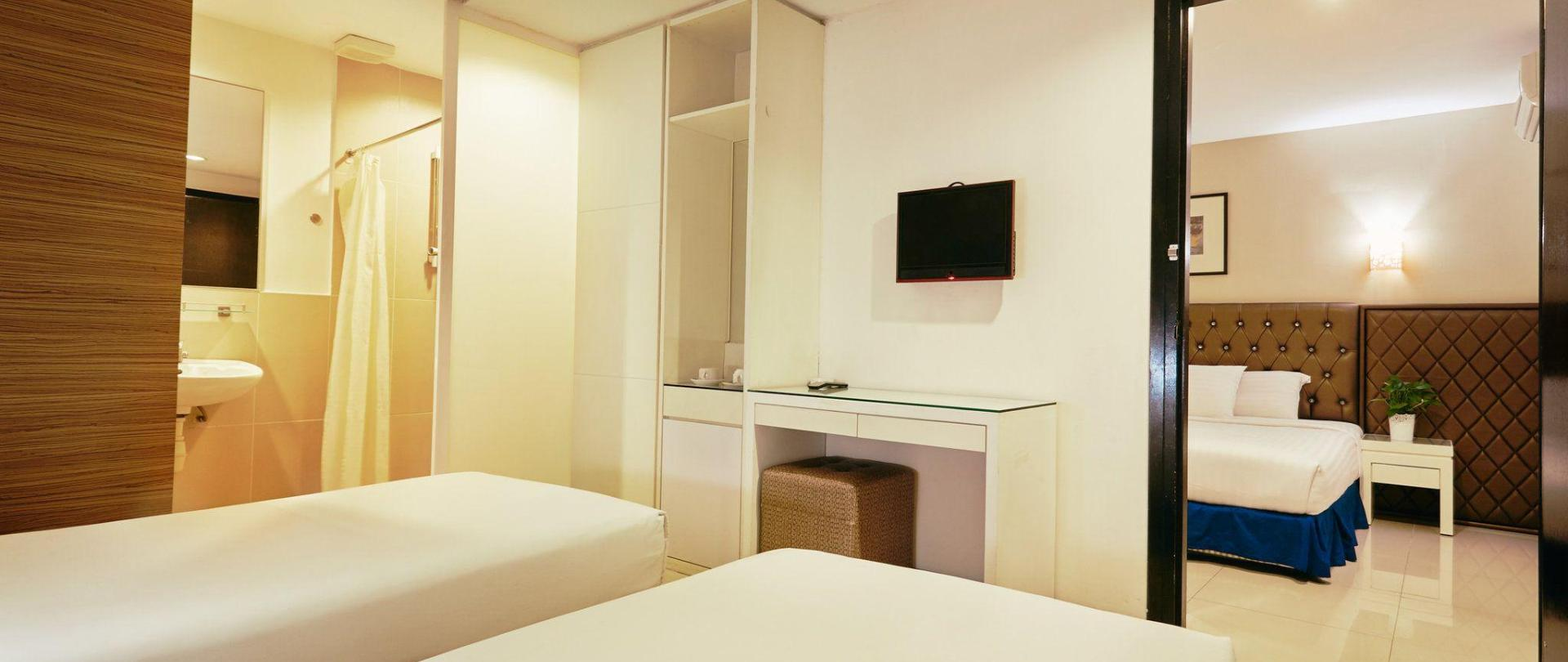 family-sute-4-single-bed-connecting-room-2.jpg
