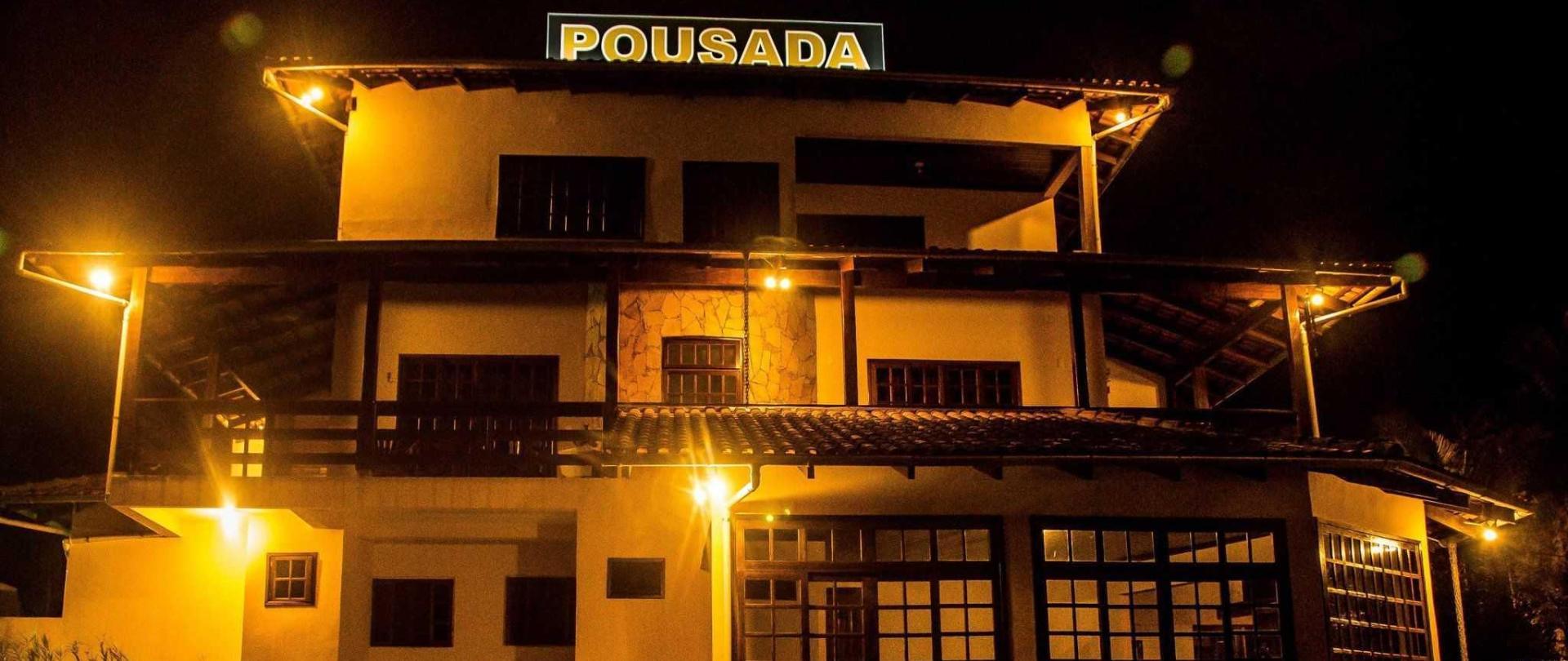 pousada-casar-o-em-jaragu-do-sul-santa-catarina-brasil-estacionamento-com-vista-da-cidade-e-das-montanhas-vista-frontal-dos-quartos-noturna.jpg