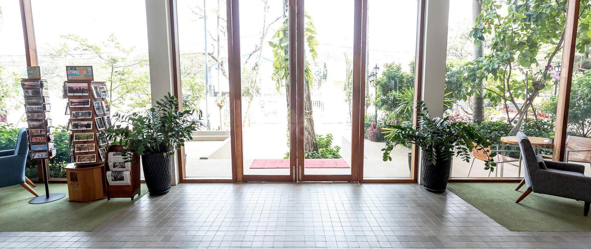 entrance-v16271683-2000.jpg