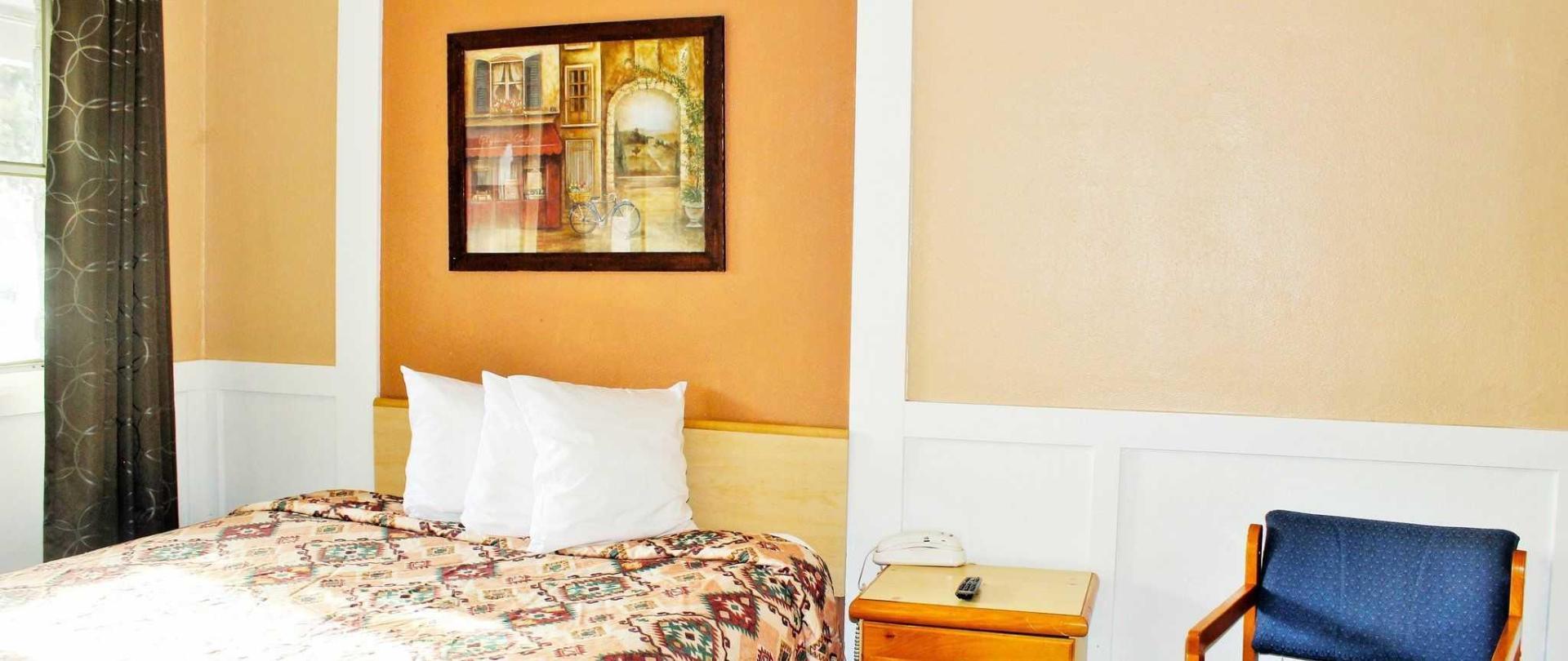 room-208-single-queen.JPG