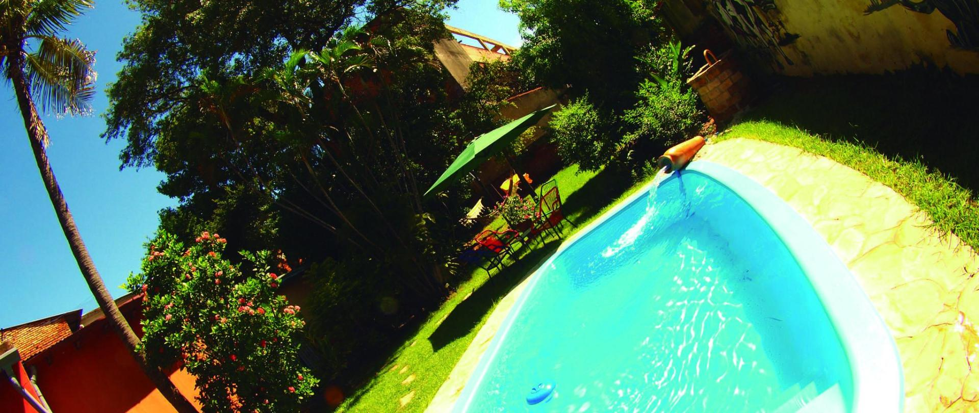 swimming pool garden hostel asuncion nomada.JPG