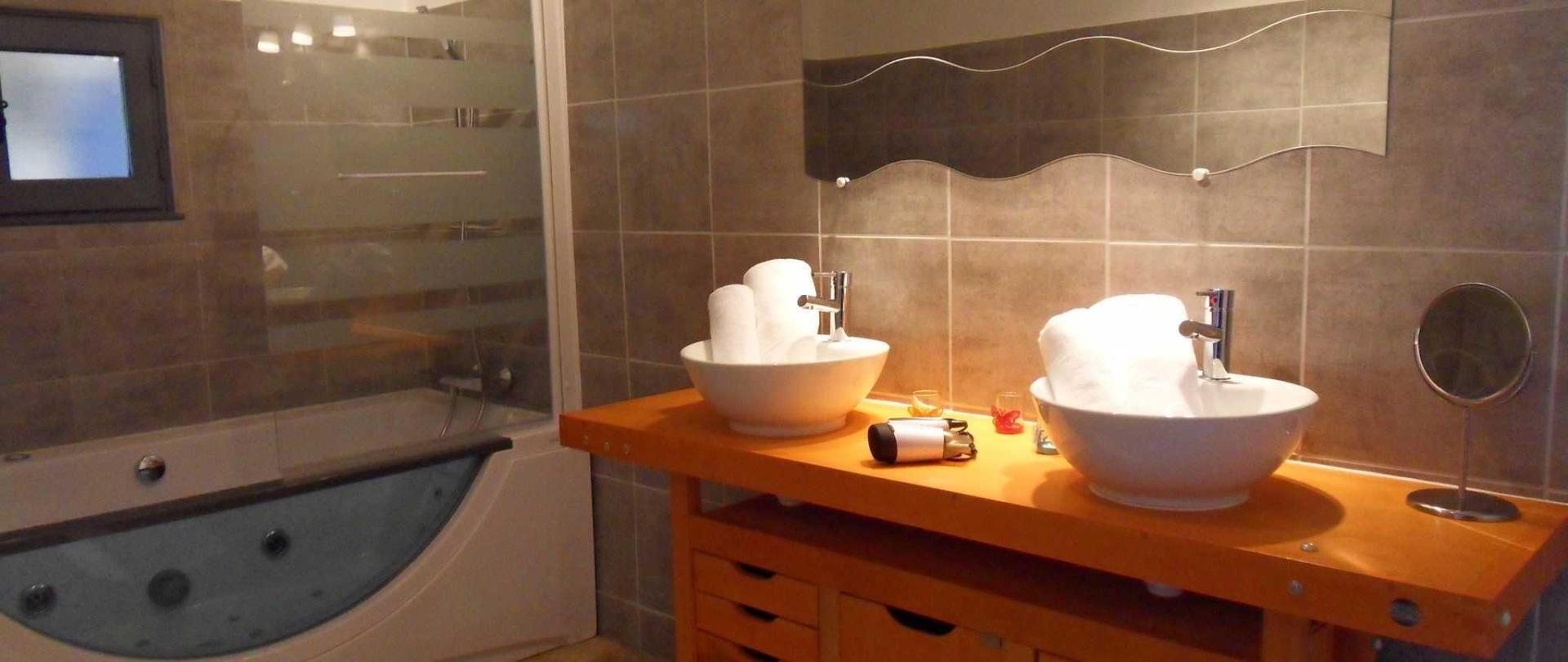 salle-de-bains-ivana-avec-baignoire-remous-1.JPG