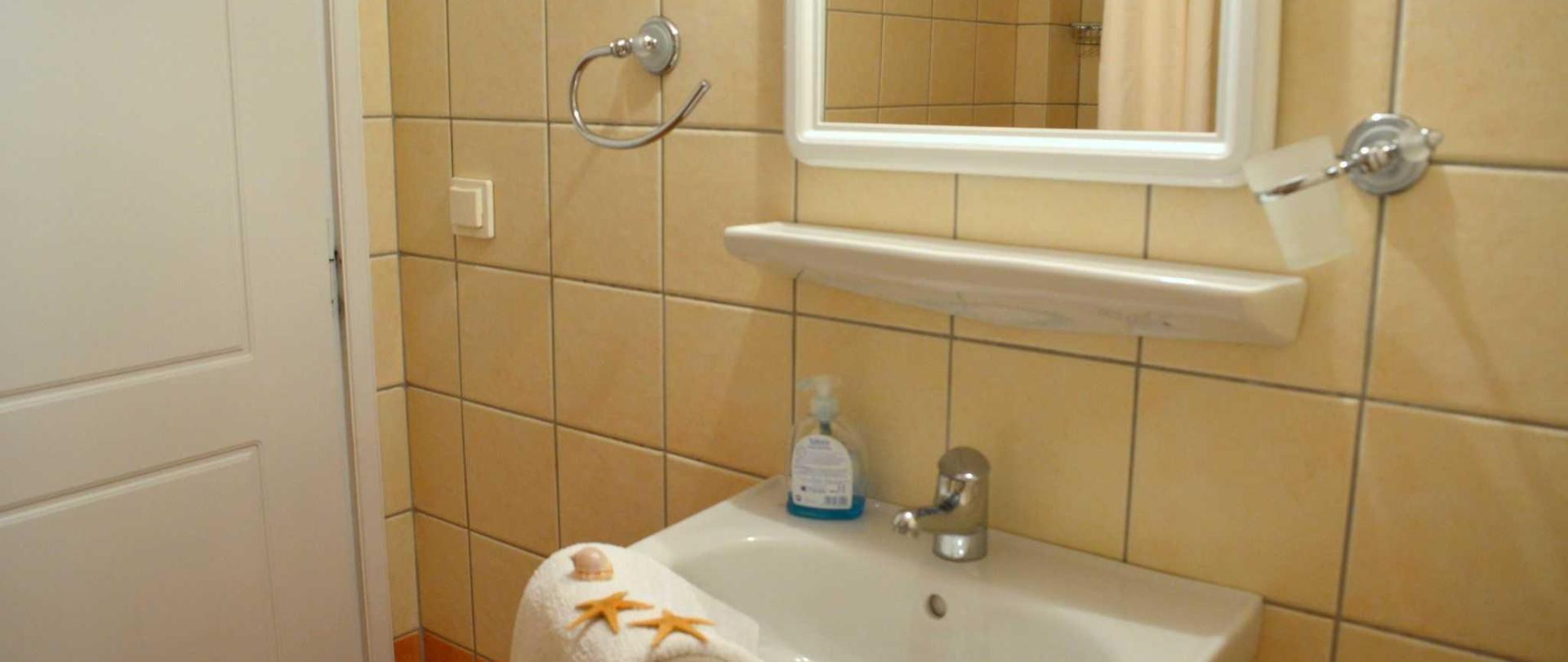 studio-2-bath.JPG