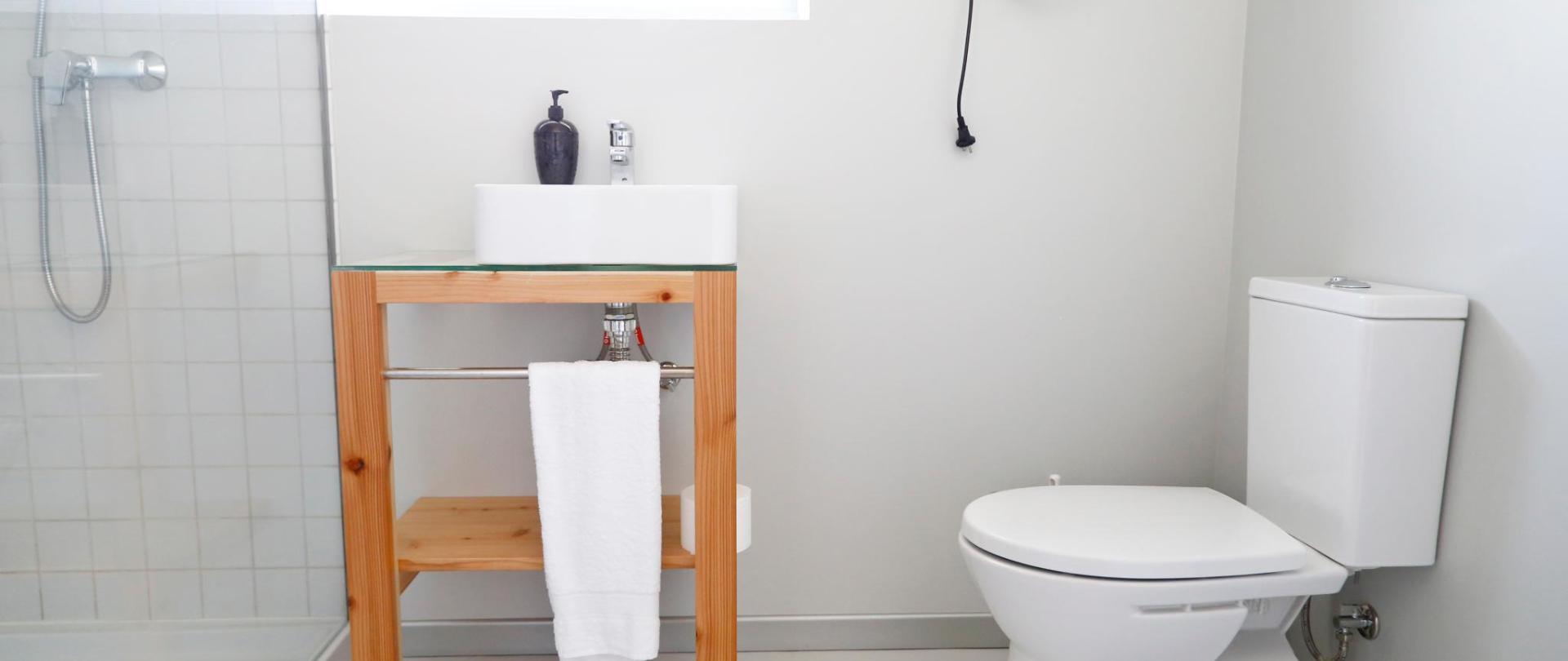 Private bathrooom on deluxe private room- City's Hostel Ponta Delgada (3) .jpg
