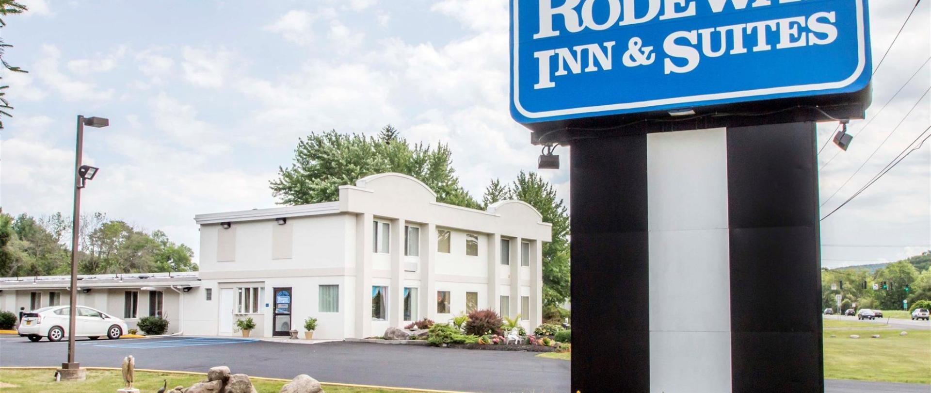 Rodeway Inn & Suites New Paltz Board Sign