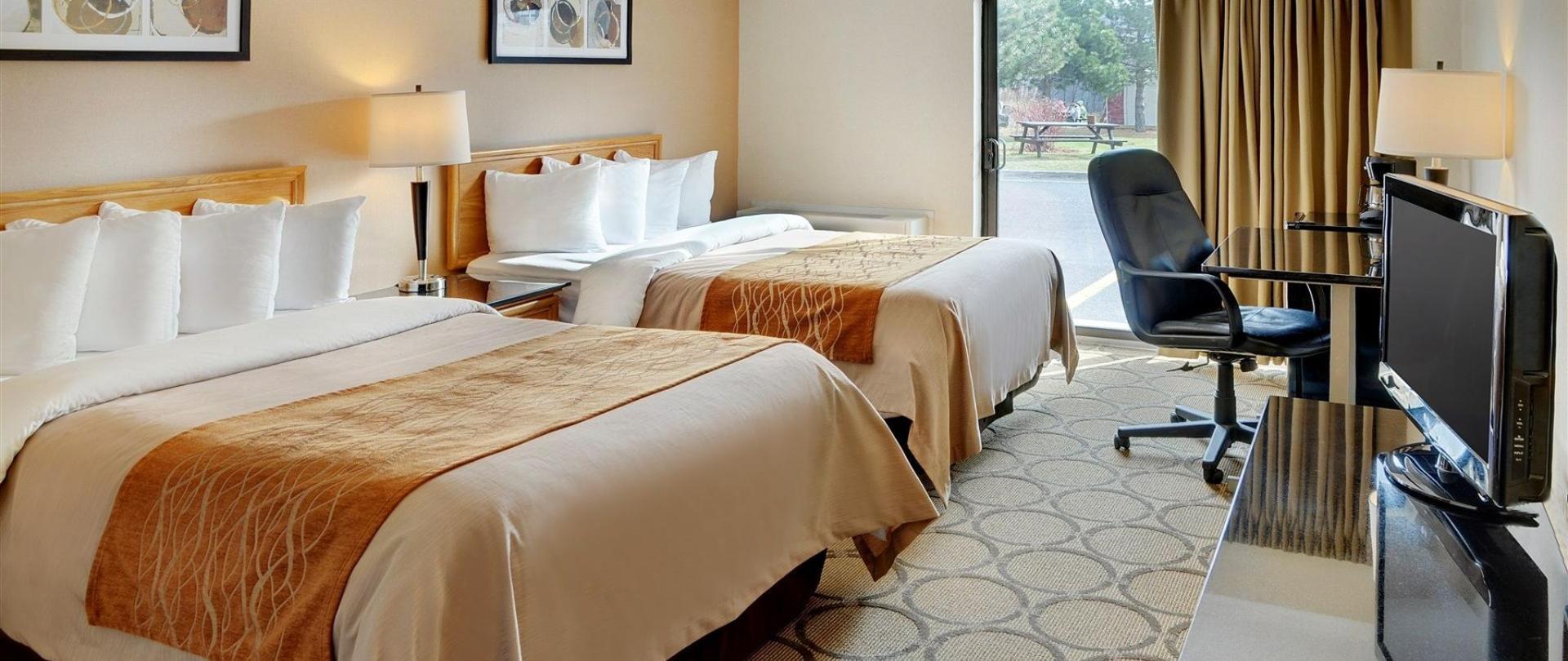 chambre-avec-deux-oreillers-lits-drive-up-patio-door-access1.jpg