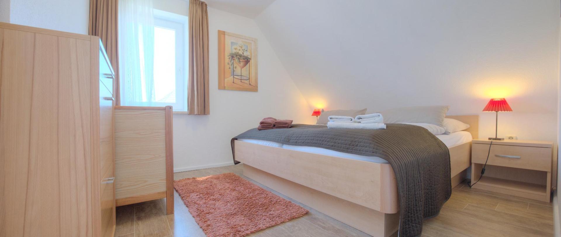OG Schlafzimmer rechts Kinderbett.jpg