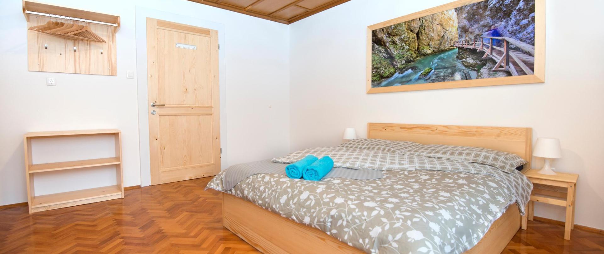 Chambre double avec meubles en bois massif