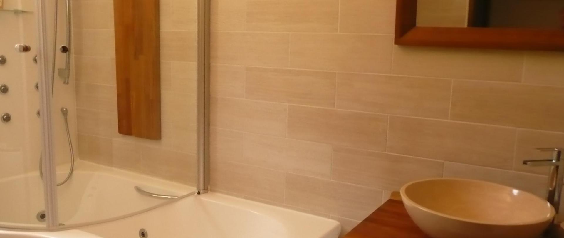 Salle de bain  baignoire douche balneo chambres Europe et Ste Vitoire1 (2017_07_19 14_54_03 UTC).JPG