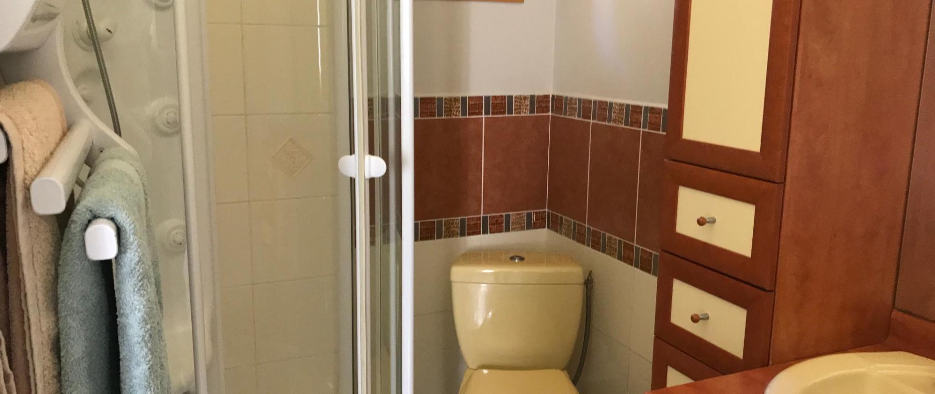 salle d'eau chambre Cassis 6.1.JPG