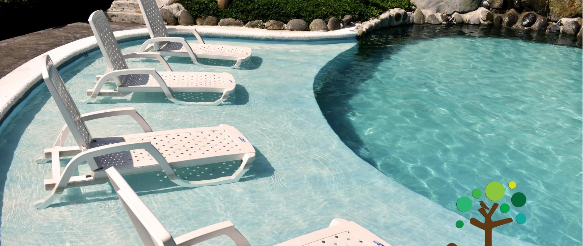 piscina sillas.con logo.jpg