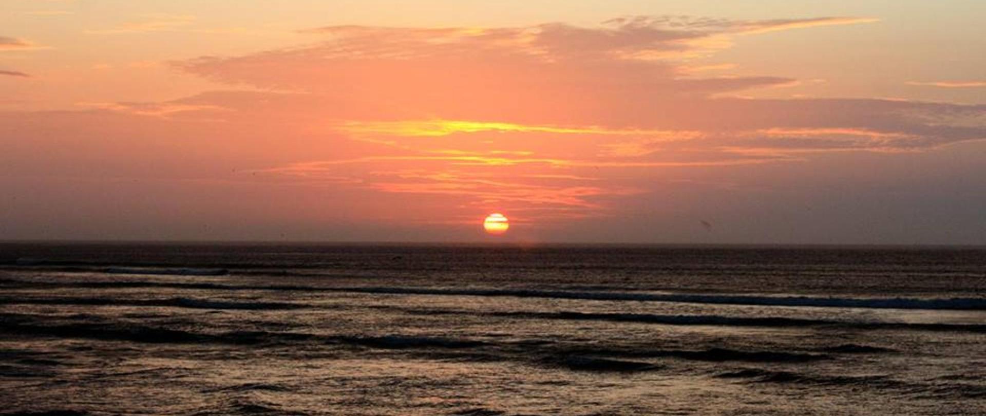 Surf Hotel Hospedaje El Mirador Pacasmayo Peru sunset 2.jpg