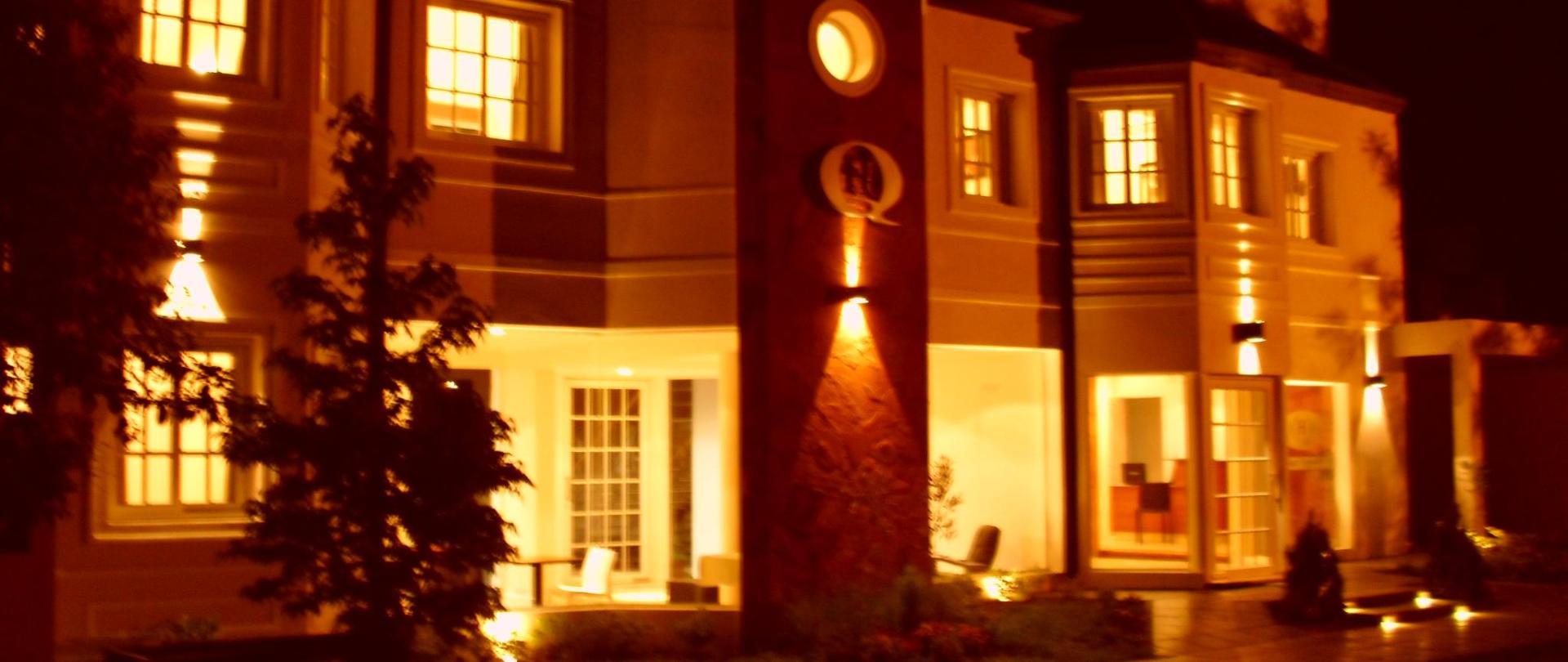 Hotel Queguay frente noche.jpg