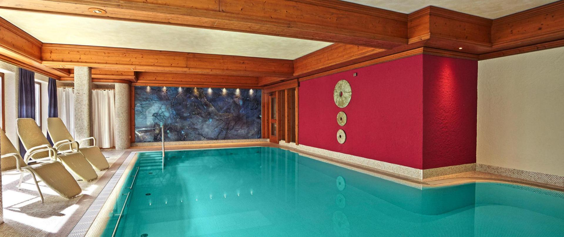 Pool, blaue Wand, mit Kurve.jpg