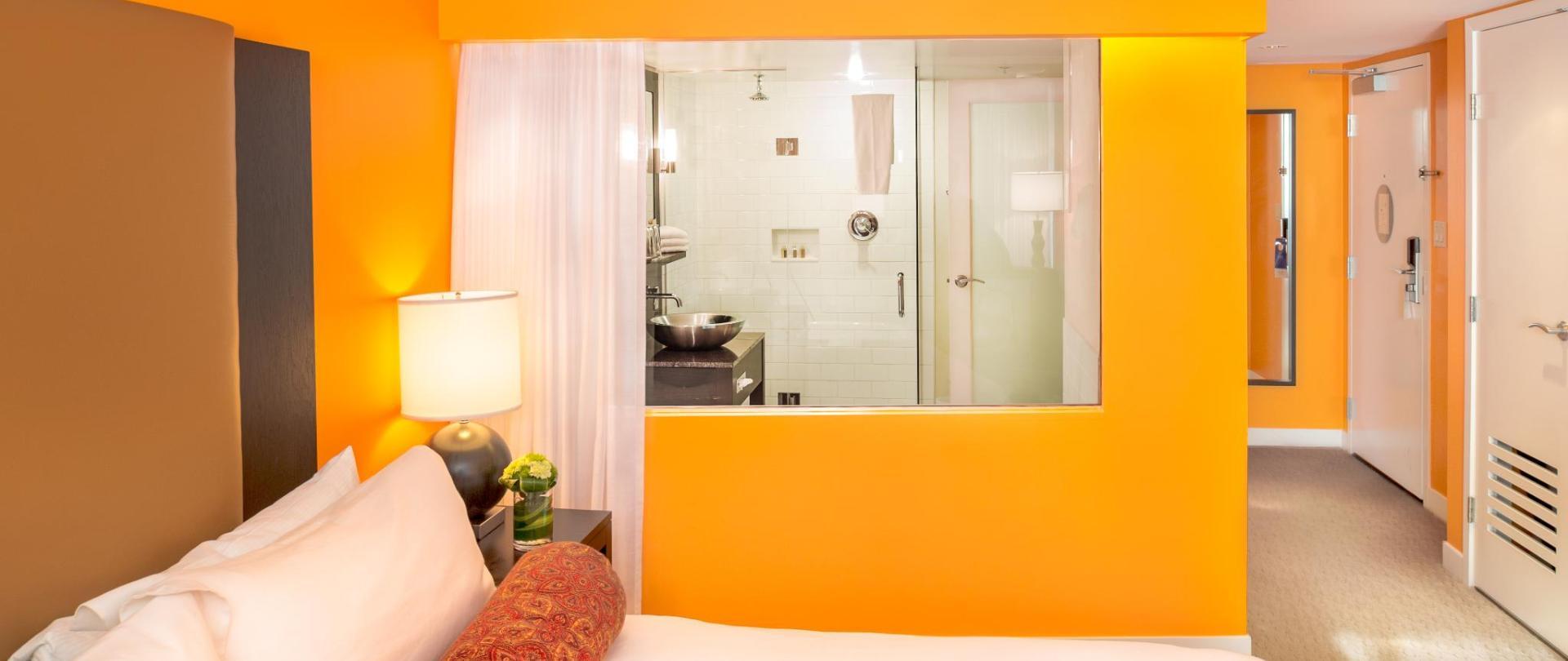 Guestrooms - Deluxe King (7).jpg