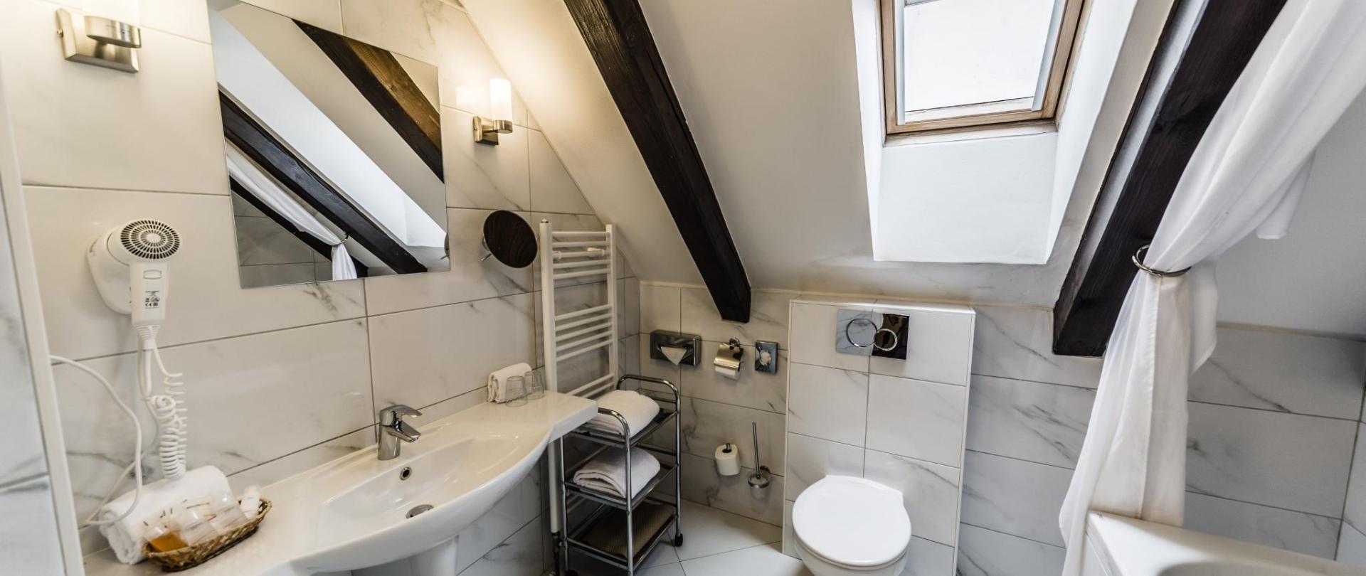Dvoulůžkový pokoj s výhledem na řeku_koupelna_1.jpg