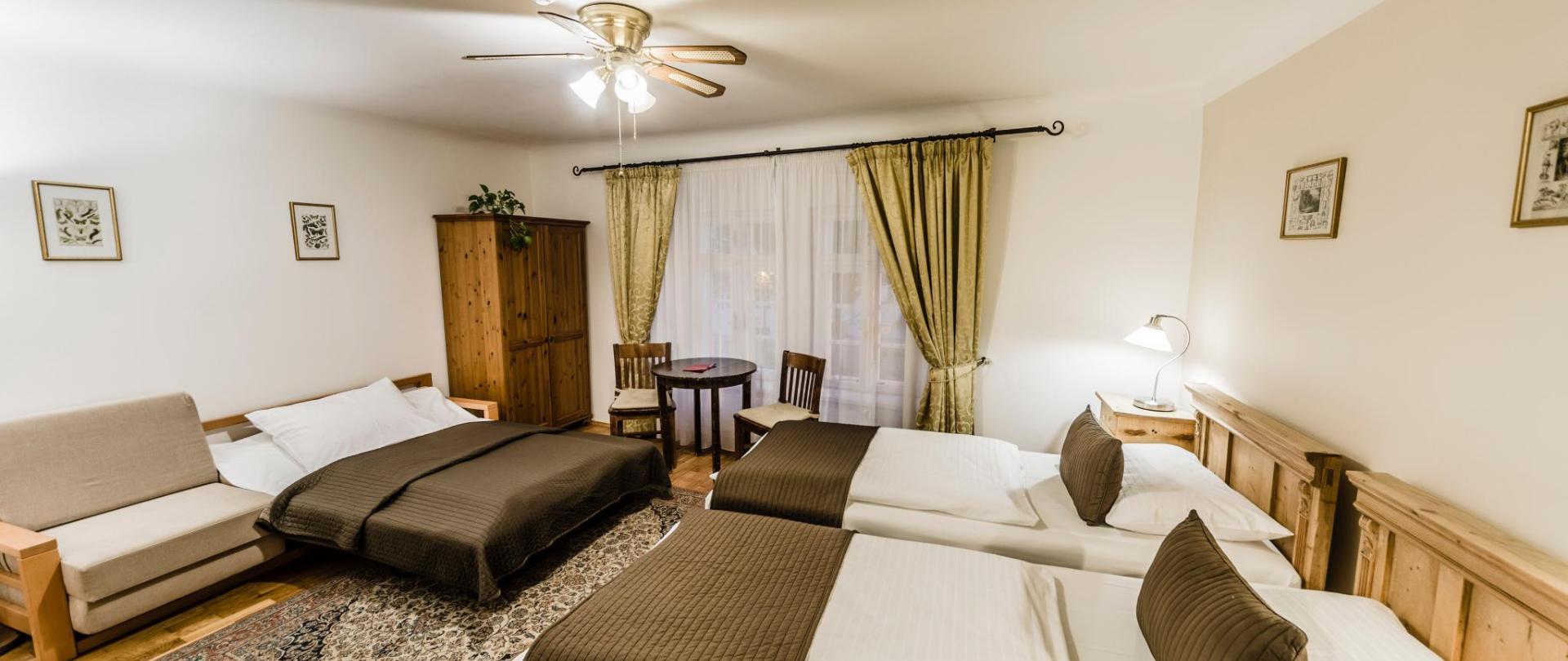 Třílůžkový pokoj_oddělené postele_2.jpg