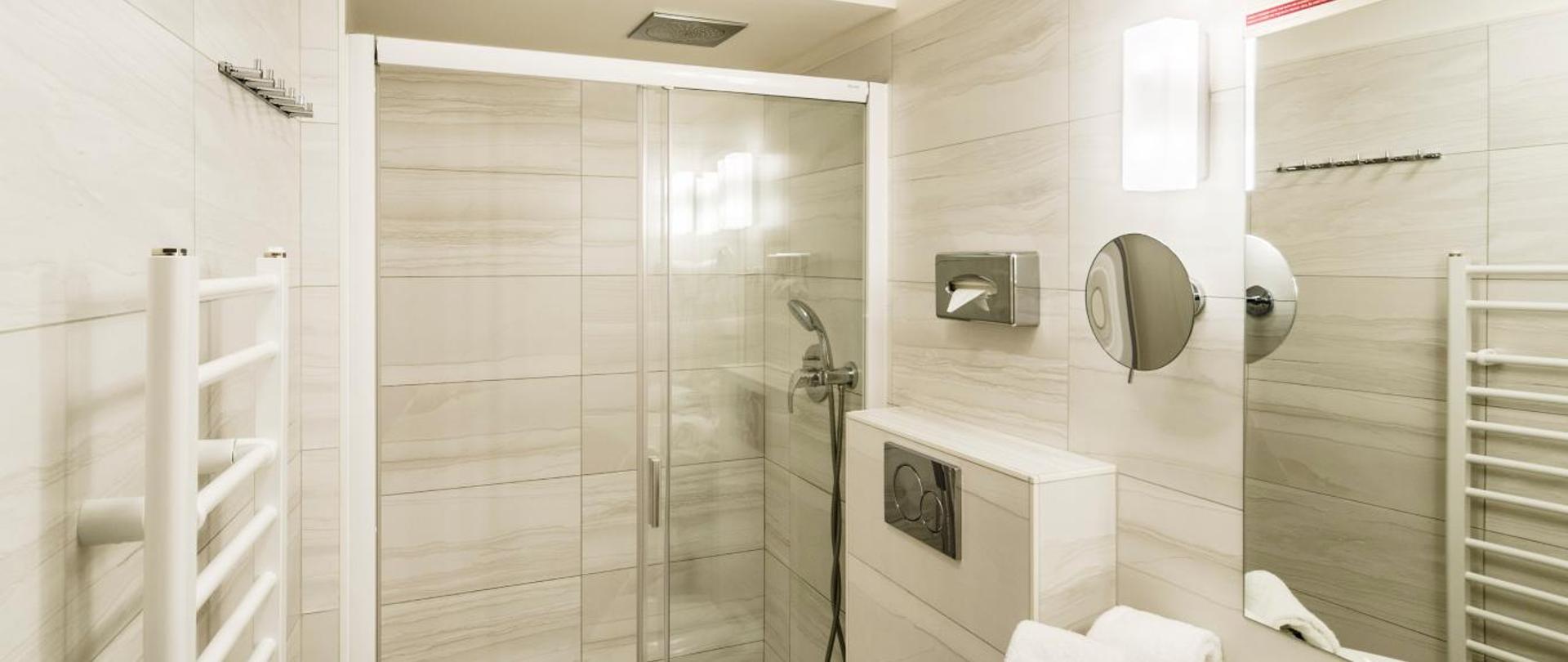 Třílůžkový pokoj s výhledem na řeku_koupelna.jpg