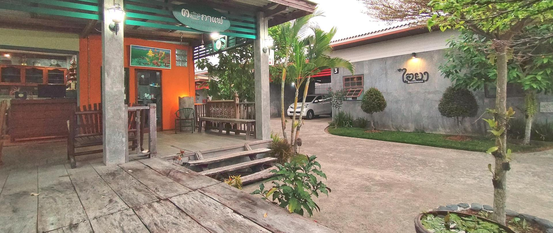 Communal-kitchen-Places-to-eat-Coffee-shop-garden-I-Ya-Guesthouse-Phayao.jpg