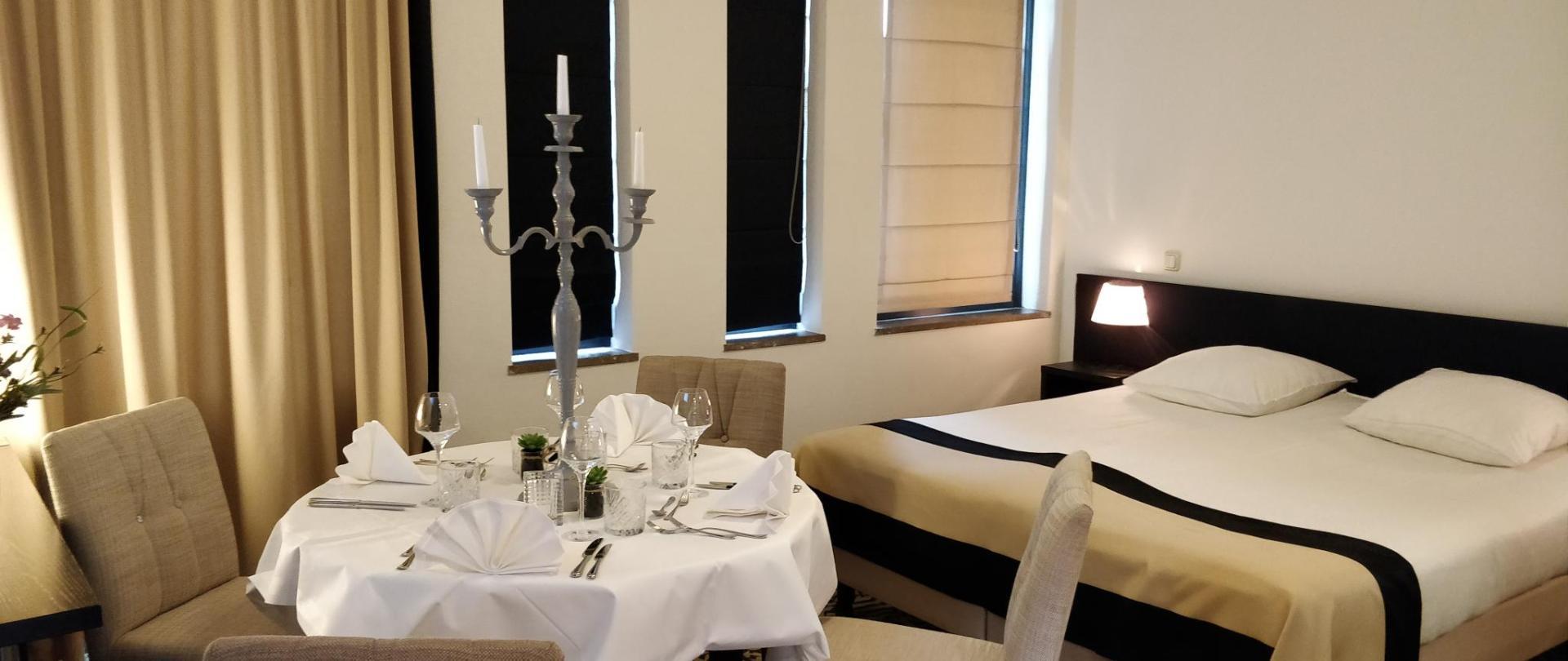 Diner op hotelkamer.jpg