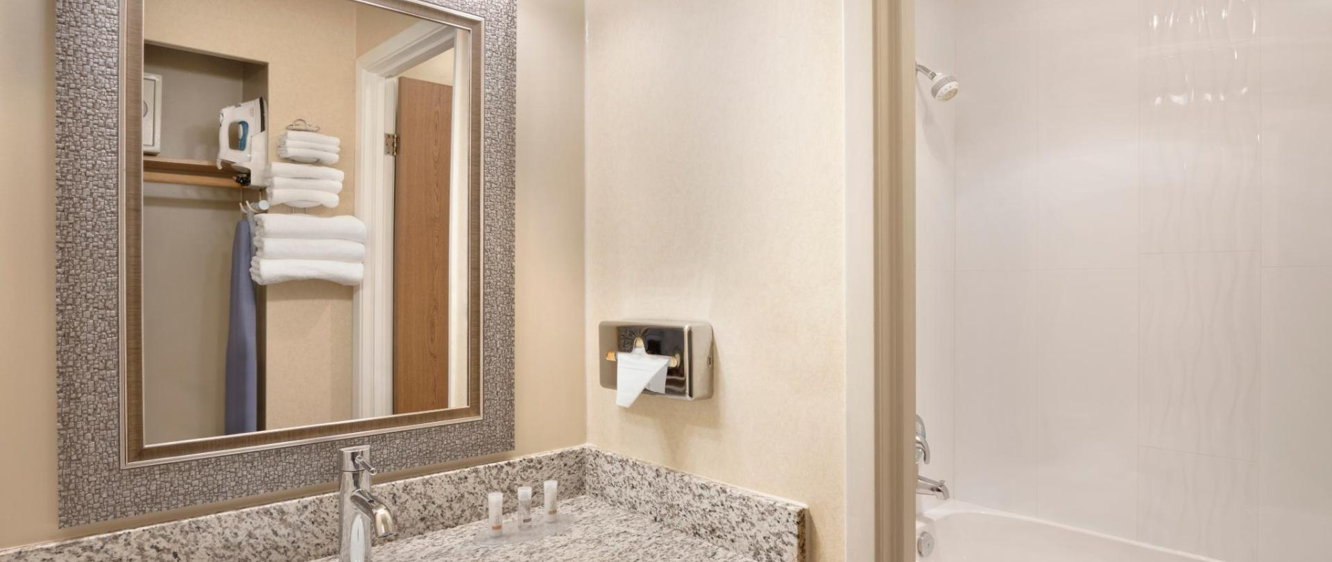 Days Inn Nanaimo - Guestroom Bathroom - 1446722.jpg