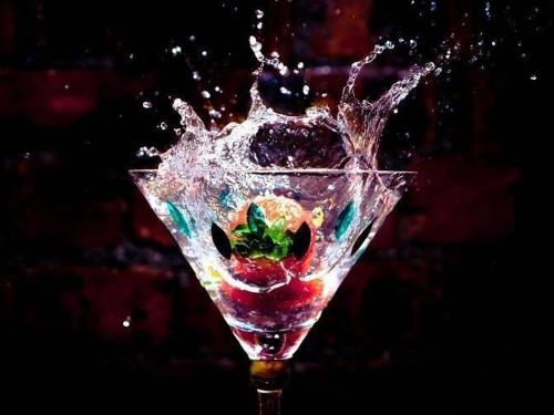 drinks-berries-fruit-liquid-water-splash-drops-clear-glass-photograpy-champagne-contrast-color-background-200136.jpg