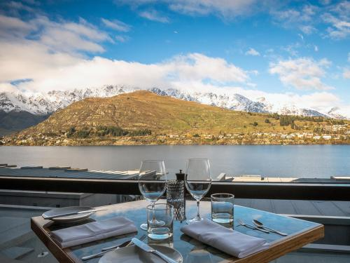 The Award Winning True South Dining Room At Rees Hotel In Queenstown Epitomises Sophisticated Elegant Take A Journey To One Of Queenstowns