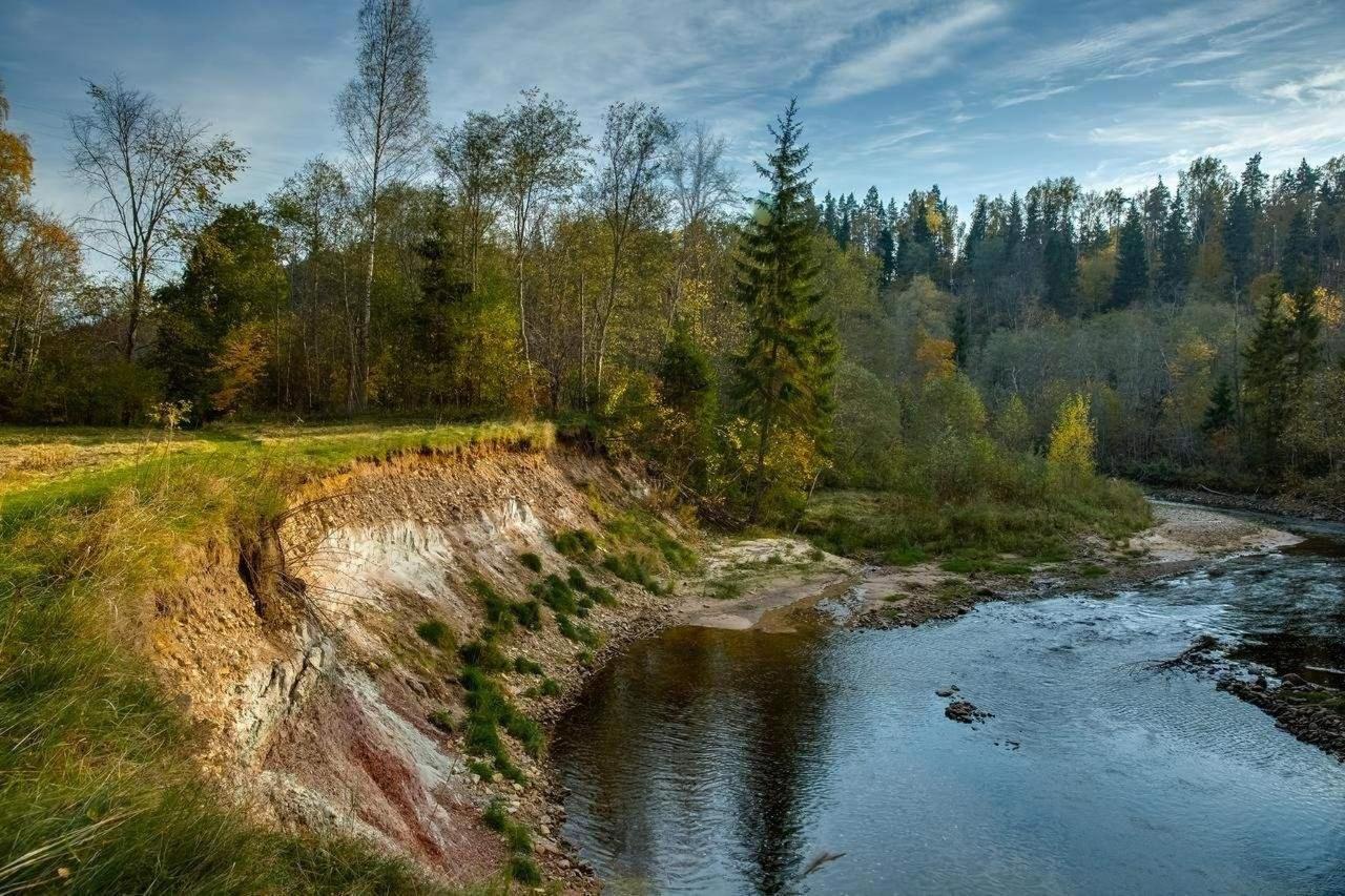 La vue sur la rivière Amata dans le parc paysager de Karlamuiza