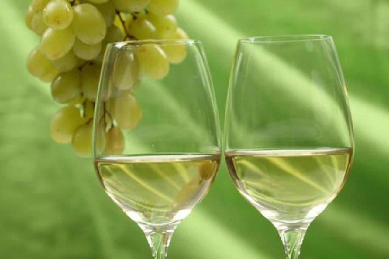 bicchiere-di-vino-bianco-con-uva-sullo-sfondo.jpg