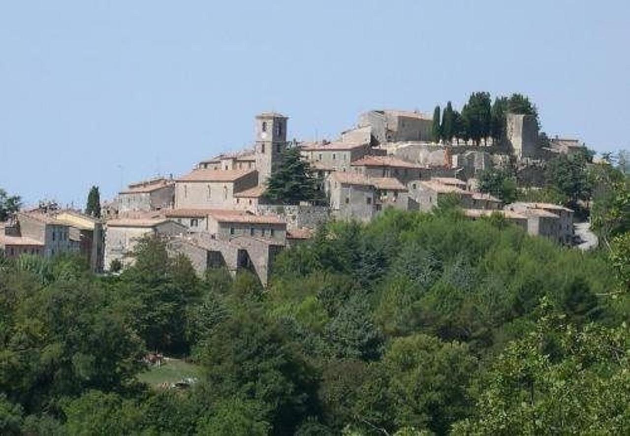 Das Dorf Semproniano von der Straße