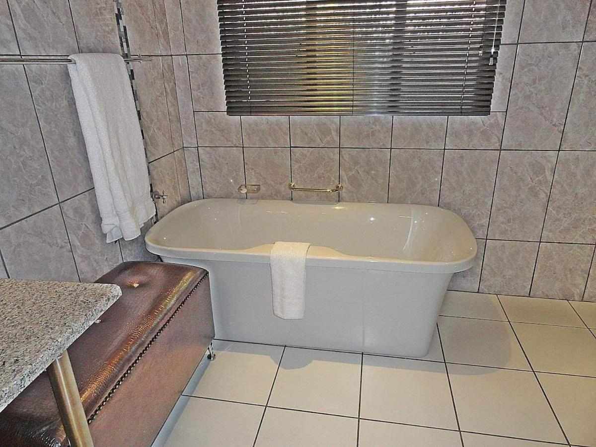 Bathroom room 10.jpg