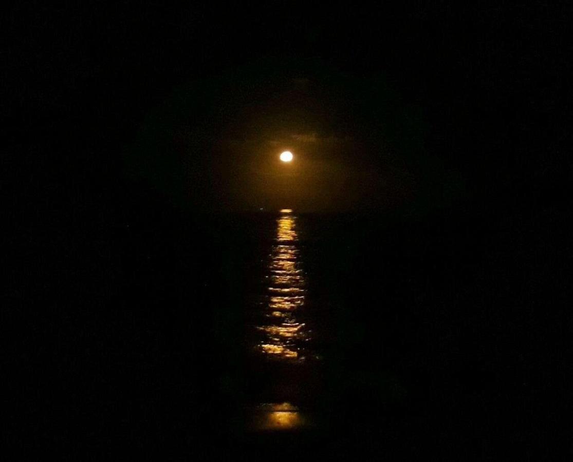 Lua maravilhosa, vista da enseada .jpg
