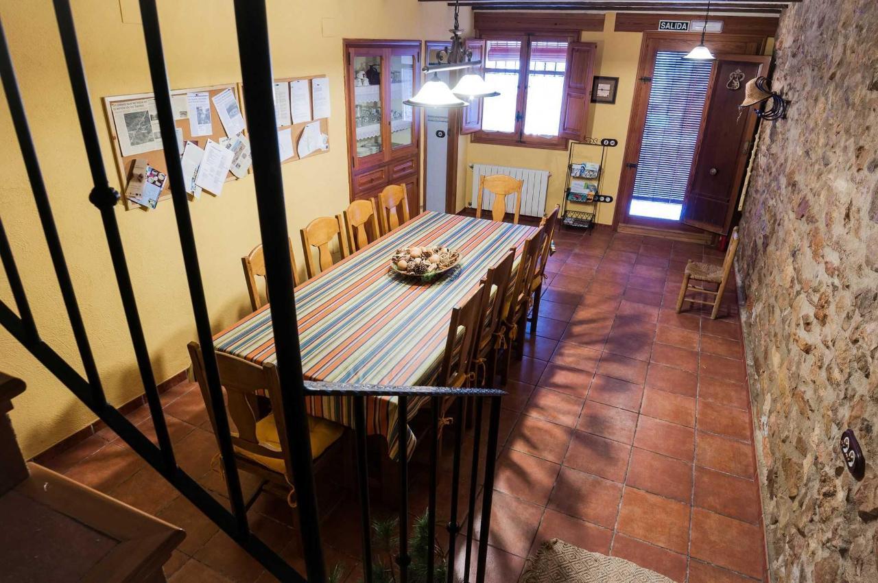 Comedor visto desde la escalera de acceso al primer piso con la puerta de entrada al fondo