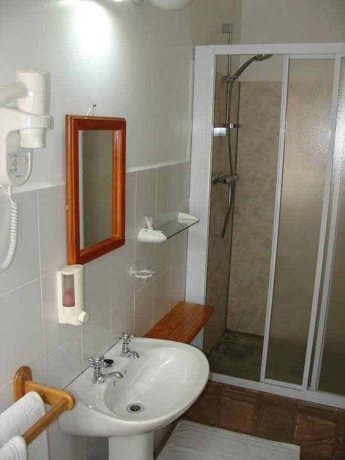 standard double room bathroom