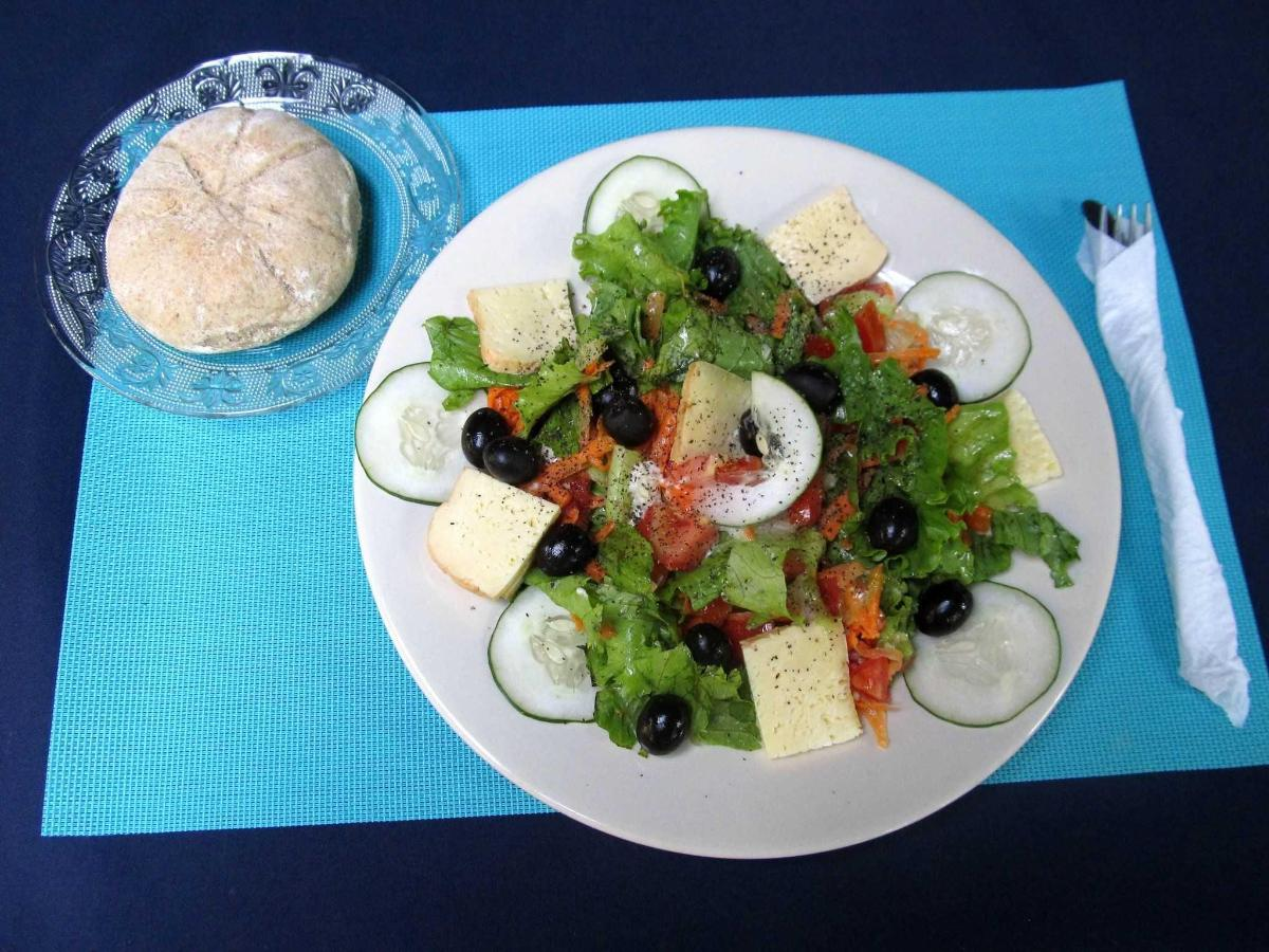 MIXED SALAD & WHITE CHESSE & OLIVES
