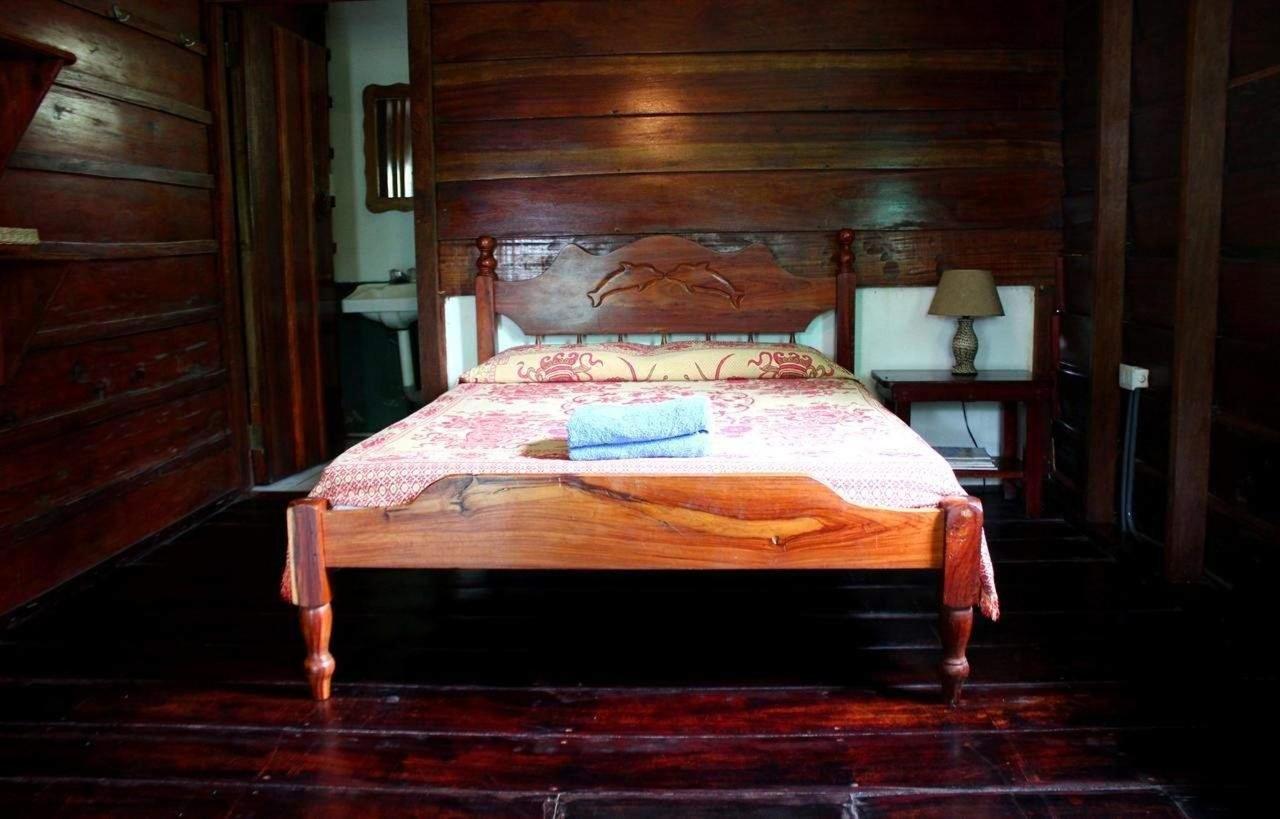 Betten aus Traubholz mit bequemen Matratzen.