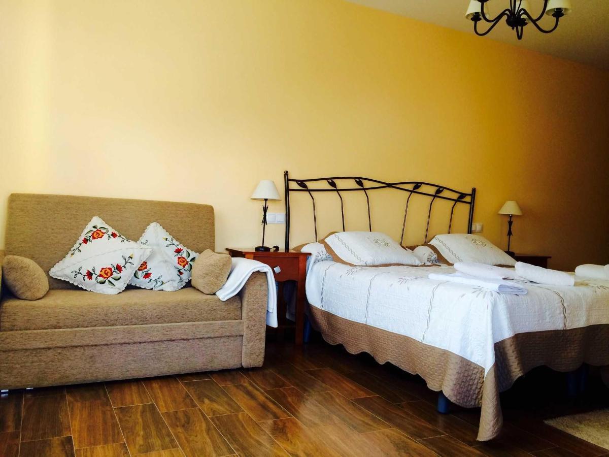 Habitación El Verano: dos camas individuales y sofá cama