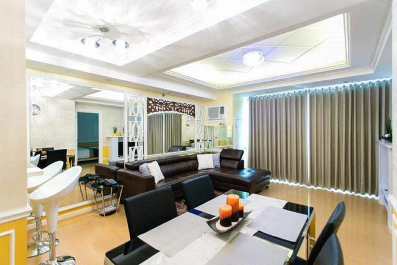 Open plan living/dining area in 1 bed apartment