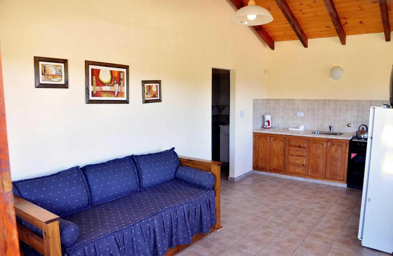Estar cocina y sofá en cabaña III