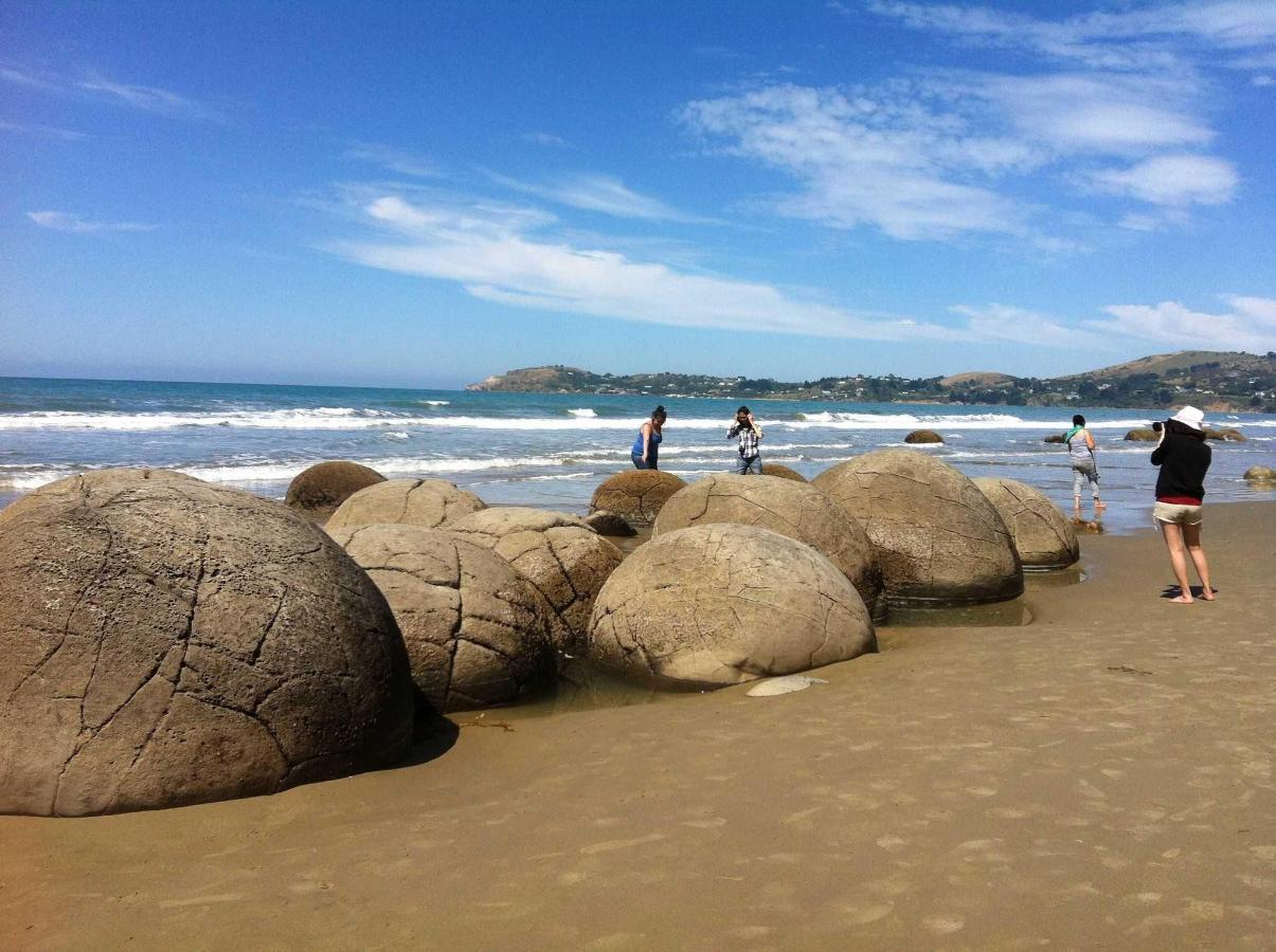 Moeraki Boulders Beach.jpg