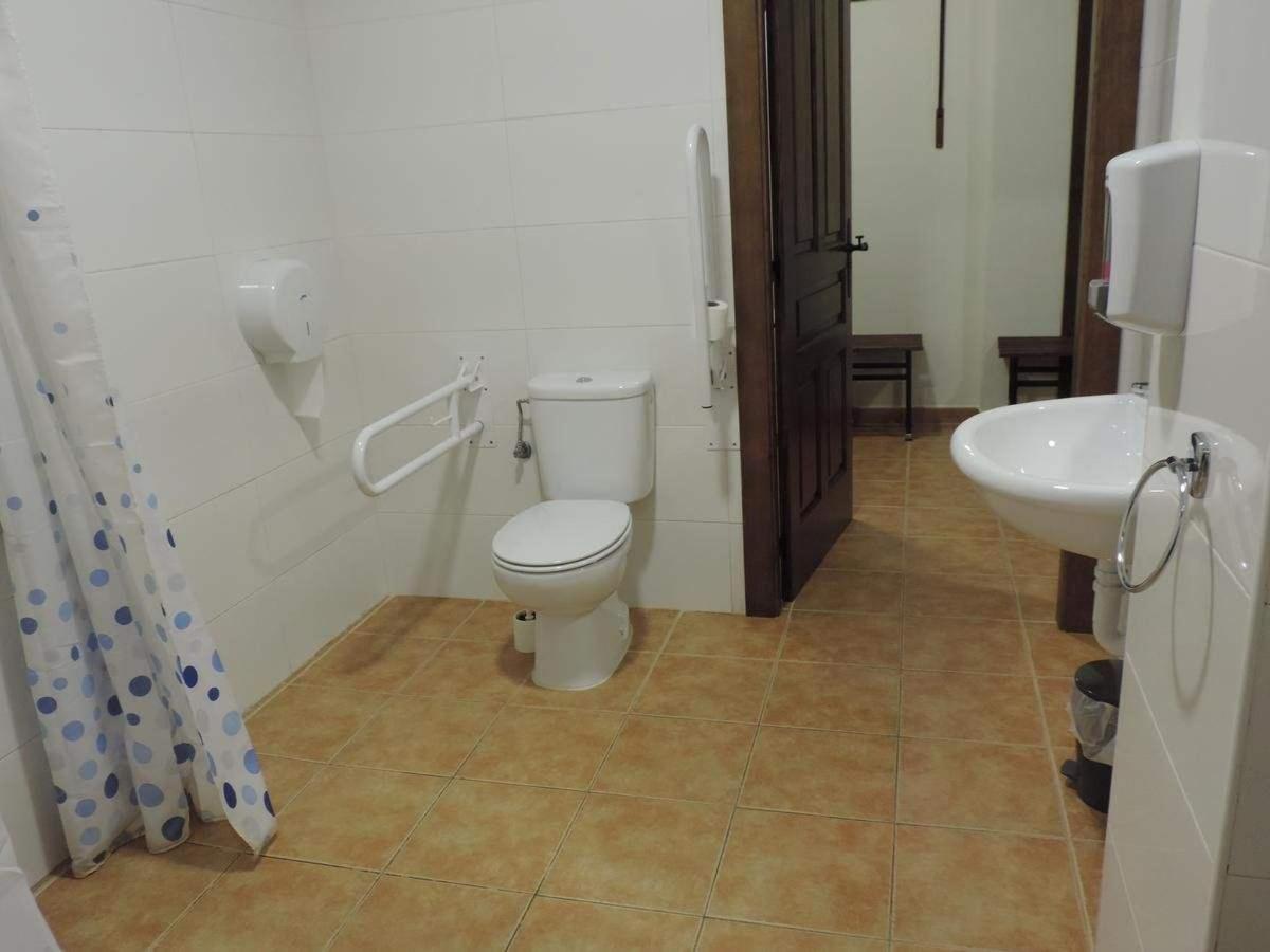 Baño habitación privada (dos camas).jpg